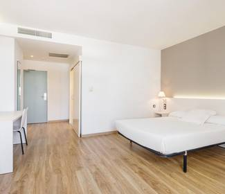 Disabled accessible room hotel ilunion valencia 3