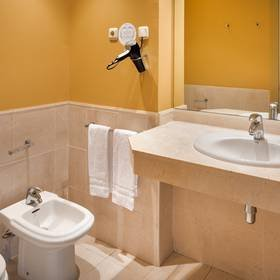 Bathroom hotel ilunion fuengirola